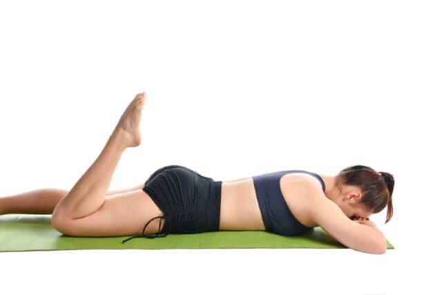 Übung unterer Rücken - Angewinkeltes Bein in Bauchlage