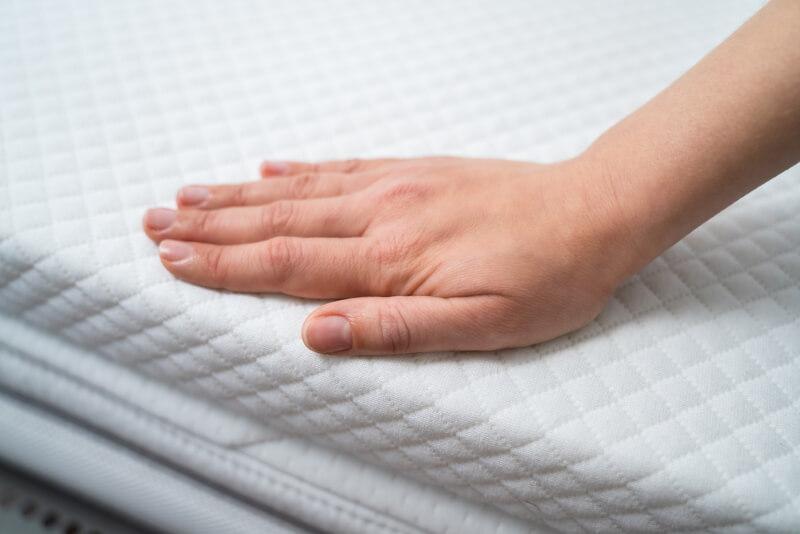 Passenden Härtegrad bei Rückenschmerzen der Matratze finden