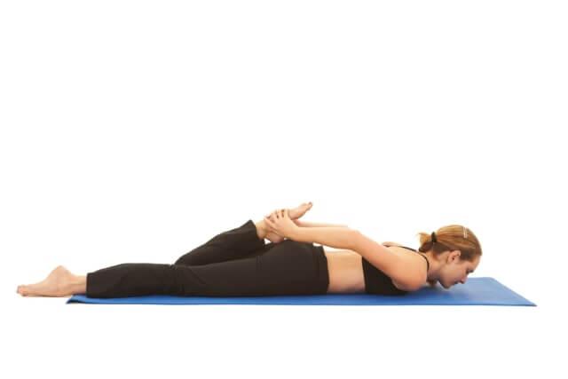 untere Rückenübung - In Bauchlage mit den Beinen arbeiten
