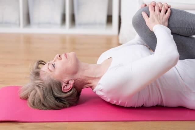 Rückenübung - Knie an die Brust