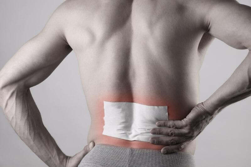 Gegen Rückenschmerzen - Schmerzpflaster kleben