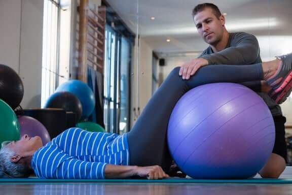 Stufenlagerung bei Rückenschmerzen als Rückenübung