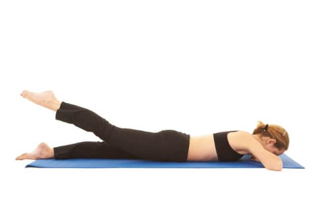 Rückenübung Beinheber gegen Rückenschmerzen
