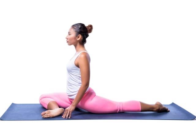 bei unteren Rückenschmerzen - Rückenübung mit angewinkeltem Bein
