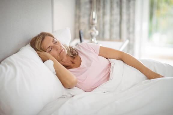 Entlastung bei Rückenschmerzen - Schlafposition und Topper