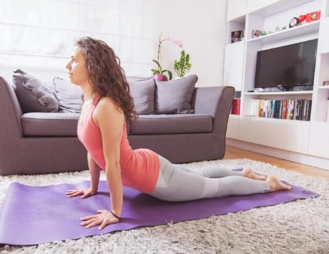 Yoga Übung die Kobra bei Rückenschmerzen