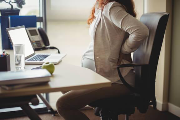 Richtig sitzen vermeidet brennende Rückenschmerzen