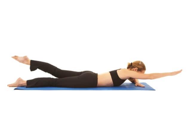 Heben von Arm und Bein - Rückenübung unterer Rücken