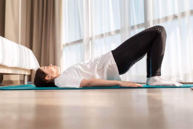 Lockerungsübungen vermeiden stechende Schmerzen im Rücken
