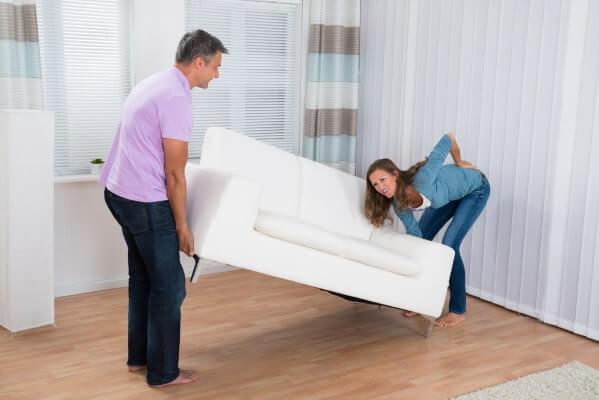 durch schwere Last stechende Rückenschmerzen